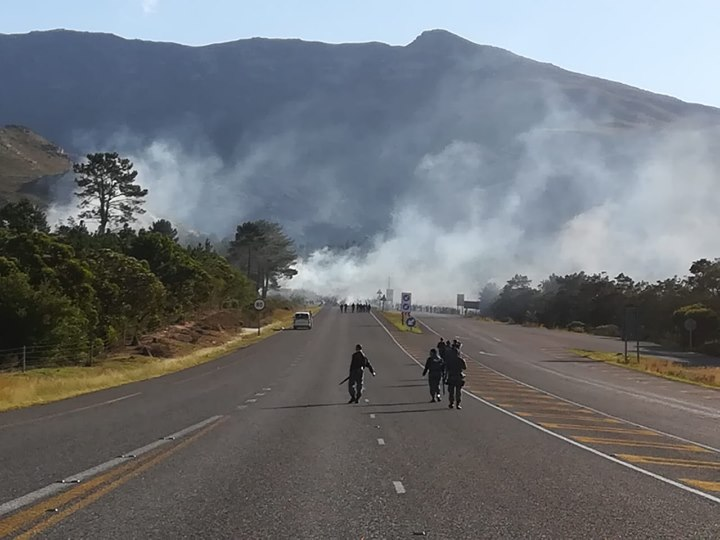 34593422_1686243124757839_5974245392148070400_o  N2 closed at Grabouw as well as Botriver due to protest action at Botriver….. 34593422 1686243124757839 5974245392148070400 o