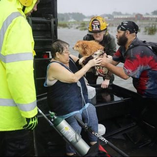 People are being rescued from flooding as Hurricane Florence strikes the North C… People are being rescued from flooding as Hurricane Florence strikes the North C 320x320
