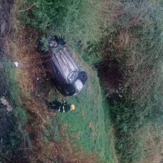 Two people are lucky to have escaped with no injuries when their car plummeted d… 44023384 1978785055516182 6500164683004116992 o 320x320