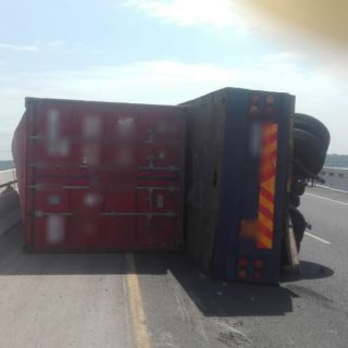 KwaZulu-Natal: One person sustained minor injuries in a single heavy vehicle rol… 47163131 2071634986190960 93311329896497152 o 320x320