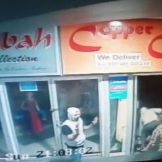 WATCH | Armed men need just seconds to rob Chatsworth restaurant WATCH Armed men need just seconds to rob Chatsworth restaurant 320x320