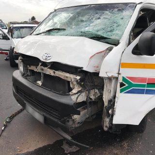 [KENSINGTON] – Taxi crashes into streetlight leaving six injured. – ER24 KENSINGTON     Taxi crashes into streetlight leaving six injured 320x320