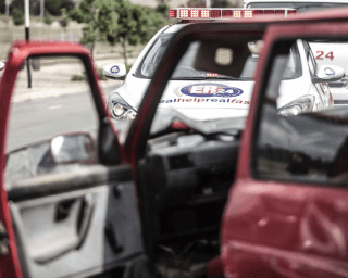 [PEACEVALE] – Bakkie crashes into barrier leaving four dead, eight injured. – ER24 18 320x256