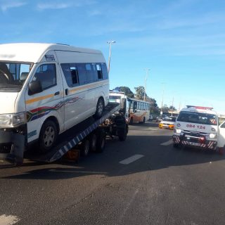 [BOOYSENS] – Taxi overturns leaving thirteen injured. – ER24 BOOYSENS     Taxi overturns leaving thirteen injured 320x320